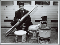 WAT001015486 Meneer raakt zijn chemisch afval niet kwijt.Michiel Martens levert zijn 'schildersafval' af op het ...