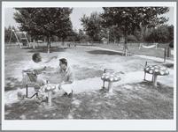WAT001015544 Speeltuin Kadijkerkoog.Een bewoner van Kadijkerkoog bij de drumpaddestoelen in de nieuwe speeltuin van het ...