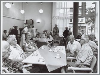 WAT001015629 Op de plaats van het in 1985 gesloopte oude Avondzon werd een nieuw gebouw geplaatst met zorgwoningen en ...