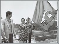 WAT001015634 Hoogste punt bejaardenhuis in de Gors Noord.De vlag gaat in top. V.l.n.r.: uitvoerder R. Havik, mevr. G. ...