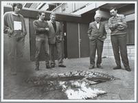 WAT001015649 Brandproeven van Praaghuis.Directeur R. Greidanus (rechts) van het ouderencentrum kijkt toe hoe een stuk ...