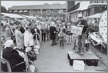 WAT001015648 Grote fancy fair van de Rusthoeve.H. de Meij geeft schilderijen van De Rusthoeve als prijs bij het rad van ...