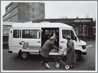 WAT001015673 Busje verpleegtehuis. Ouderen worden vervoerd met het Overwhere- busje.