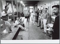 WAT001015862 De Drukstad. Lense Elzinga ( geheel rechts) opent de tentoonstelling van Michel van Overbeke ( links) in ...
