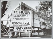 WAT001015911 Kantoor Gemeentewerken.Met een bord ervoor van te huur, 1600m2 kantoorruimte.Door van Overbeek ...