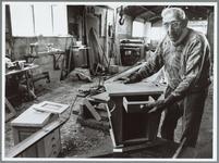 WAT001016025 Pauwels, meubel en botenbouwer. Cor Pauwels in zijn werkplaats.