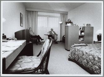 WAT001016037 Jan van Bekkum (rechts) en z'n vrouw in kamer 119 van het Golden Tulip hotel in Purmerend. Nadat een drama ...