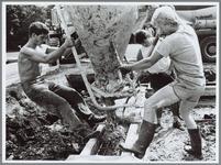 WAT001016068 Foto: Leden van Rugbyclub Waterland storten eigenhandig de vloer van hun nieuw te bouwen kantine vol met ...