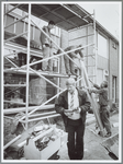 WAT001016070 Foto: Timmerlieden van de firma Tetteroo zijn bezig met het plaatsenvan een nieuw kozijn in een woning in ...