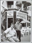 """WAT001016089 De jonge ondernemers Rob Duindam en Wendy Huinink (staand) voor hun lunchroom- restaurant """"De Markies"""""""