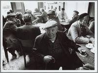 WAT001016094 Café Bos. Voorgrond: Dries Maeijers, kalverhandelaar. Rechts bij raam in lichte jas: Cor Melman, 'scosser'