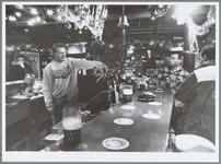 WAT001016101 Oudejaarsnacht waren de bars en cafés gesloten om twaalf uur.