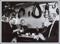 WAT001016108 Op de voorgrond de veehouders C. Langeveld (links) en N. Stam (2e van rechts) in café Bos aan de koffie na ...