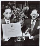 WAT001016110 Edward Wong (rechts) en zijn assistent in het restaurant aan het Tramplein. Edward Wong, de eigenaar van ...