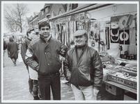 WAT001016131 Marktkooplui. Twee verkopers in de Westerstraat.
