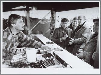 WAT001016138 Visstal.Visverkoper op de Koemarkt.