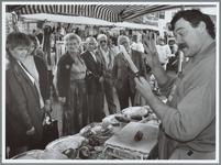 WAT001016153 Foto: Standwerker Bol prijst het aandachtig luisterende publiek tijdens het concours zijn 'oh zo ...