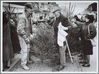 WAT001016155 Foto: S. Bakker staat al 21 jaar op dezelfde plek in Nieuwstraat rond kerst zijn bomen te verkopen.Dat hij ...