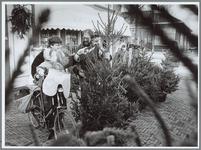 WAT001016157 Verkoop kerstbomen begonnen.Marktkoopman prijst zijn kerstbomen aan. Betreft de Bloemensluis van A.H. ...