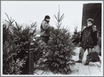 WAT001016158 Kerstboomverkoper Ron met zijn handel.