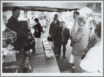 WAT001016167 Vlotte verkoopbabbel standwerkers. Derde prijs winnaar met z'n tasjes.Standwerker Henk Burgmans wist met ...