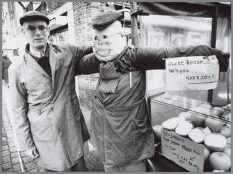 WAT001016175 Marktwaardigheden. Mart Beuse werd gisteren vijftig plus.Hij kreeg daarom voor even 'assistentie'van een ...