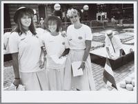 WAT001016176 Kaasmarkt met kaasmeisjes. Links Christine, midden Mascha Hoffs, rechts Linda van Ingen.