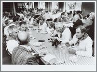 WAT001016182 Kaas maaltijd. Op de voorgrond de leden van de Kaasdragerskapel uit Edam, die tijdens de laatste ...