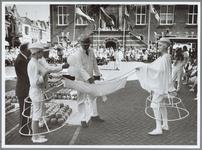 WAT001016184 Kaasmarkt. Traditionele kaasmarkt begeleidt door kaasdragerskapel.