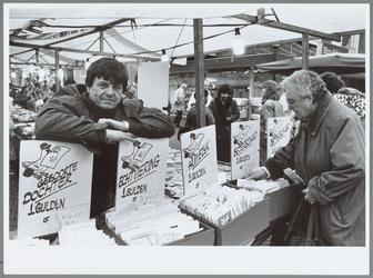 WAT001016160 Marktkoopman met zijn kaarten kraam.