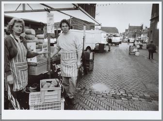 WAT001016186 Warenmarkt.Kaasverkopers in de Breedstraat. Op de achtergrond de Kaasmarkt.