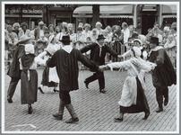 WAT001016187 Dansende mensen op de kaasmarkt, waarschijnlijk ter gelegenheid van de Kaasmarkt.