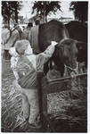 WAT001016202 Pinkster drie. Kinderen bekijken het vee van dichtbij op de Koemarkt.