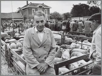 WAT001016204 Schapenmarkt. Op de voorgrond de controleur. Opzichter E. Lavooy van de Rijksdienst voor Vee en Vlees, ...