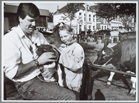 WAT001016224 Veemarkt. Meisje aait een geitje op de Koemarkt.