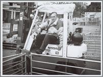 WAT001016212 Marktwaardigheden. Het opruimen van de hekken na afloop van de schapenmarkt.