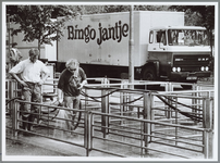 WAT001016223 Markt. Het schoonspuiten van de schapenstallen op de Schapenmarkt.Rechts een vrachtwagen van Bingo Jantje.