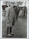 WAT001016234 Foto voorgrond: veehandelaar R. de Snaijer. Op de achtergrond Kees Dekker, veerijder uit Ilpendam. R. de ...