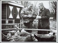 WAT001016232 Foto: Toon Wessels (links) schrijft een bonnetje uit voor een handelaar op de schapenmarkt.Toon Wessels ...