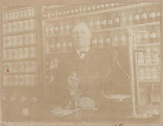 WAT001016256 Apothekers bediende Melchert Schermer in de apotheek van K. Giffen (later B.H. Jurgens). Thans, ca. 1956, ...