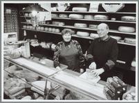 WAT001016271 Foto: De heer en mevrouw Nobel achter de toonbank van hun winkel aan de Kaasmarkt.Zuivelhandel Nobel aan ...