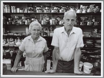 WAT001016321 Echtpaar W. Rot in de winkel aan de Peperstraat 14.W. Rot v.h.v.d. KLEIJ HUISHOUDELIJKE ARTIKELEN - ...