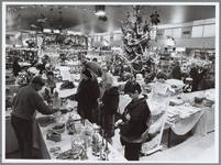 WAT001016323 Hal Makadocentrum, knaller. Kerstmarkt feestelijk ingericht.