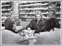 WAT001016356 Medewerkster van Ernsting Reisbureau (Holland International) in gesprek met een paar klanten die een ...