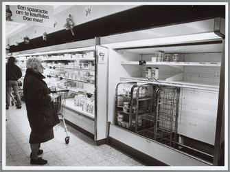WAT001016389 Lege melk schappen in de AH Makado. Verschillende Supermarkten waren door hun melkvoorraad heen.Dit alles ...