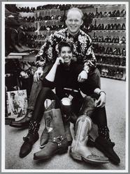 WAT001016390 Echtpaar Dijkstra in hunschoenenwinkel Eerder Groot in schoenen, Bartels in openhaarden en daarvoor ...