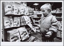 WAT001016394 Niets leuker dan rond Sinterklaas in een speelgoedzaak rond te struinen als kind.Speelgoedzaak Cruyff.