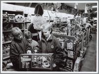 WAT001016409 Sinterklaas verkoop. De lieve sint bij Cruyff speelgoedwinkel met enkele kinderen.