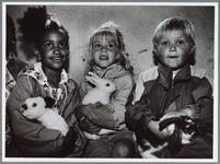 WAT001016503 Foto: Jonge bezoekers in het konijnenhok van de kinderboerderij. In de vakantieperiode blijven niet alle ...