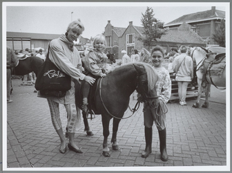 WAT001016512 Met de pony. De negenjarige Fabiola laat Lidy Prins, een jonge bezoekster van de markt in Purmerend, een ...